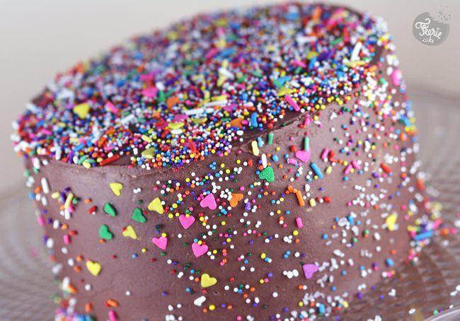 Un gâteau au chocolat et quelques sprinkles
