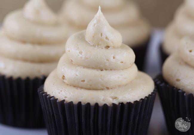Cupcake chapeauté au beurre de cacahuètes