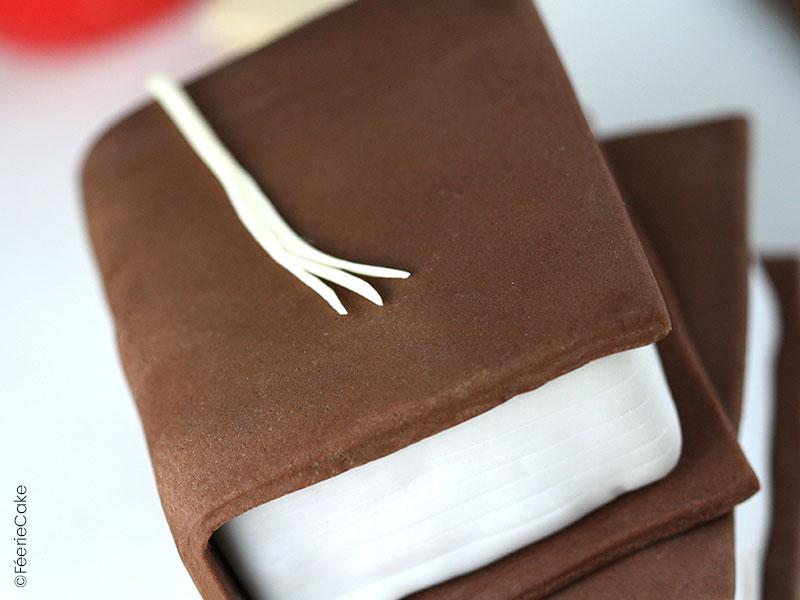 Tuto Recette Cake Design : modelage d'un livre d'écolier en pâte à sucre