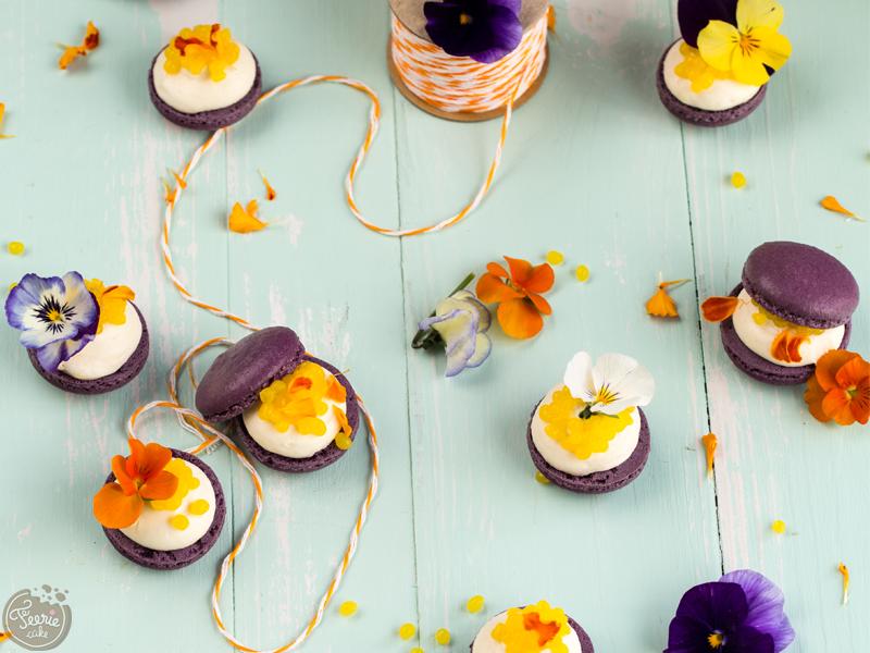 Macarons façon toasts, ganache parfumée à la violette et caviar de mangue