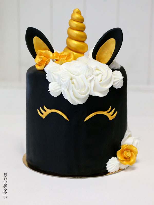 rainbow cake licorne recouvert de pâte à sucre noire