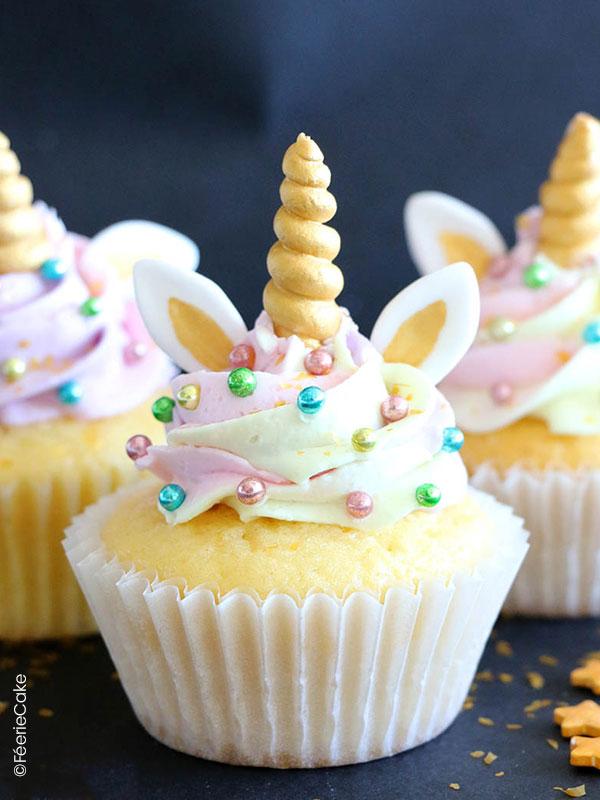 Cupcake décoré d'un glaçage parfait, de sprinkles et d'une corne de licorne