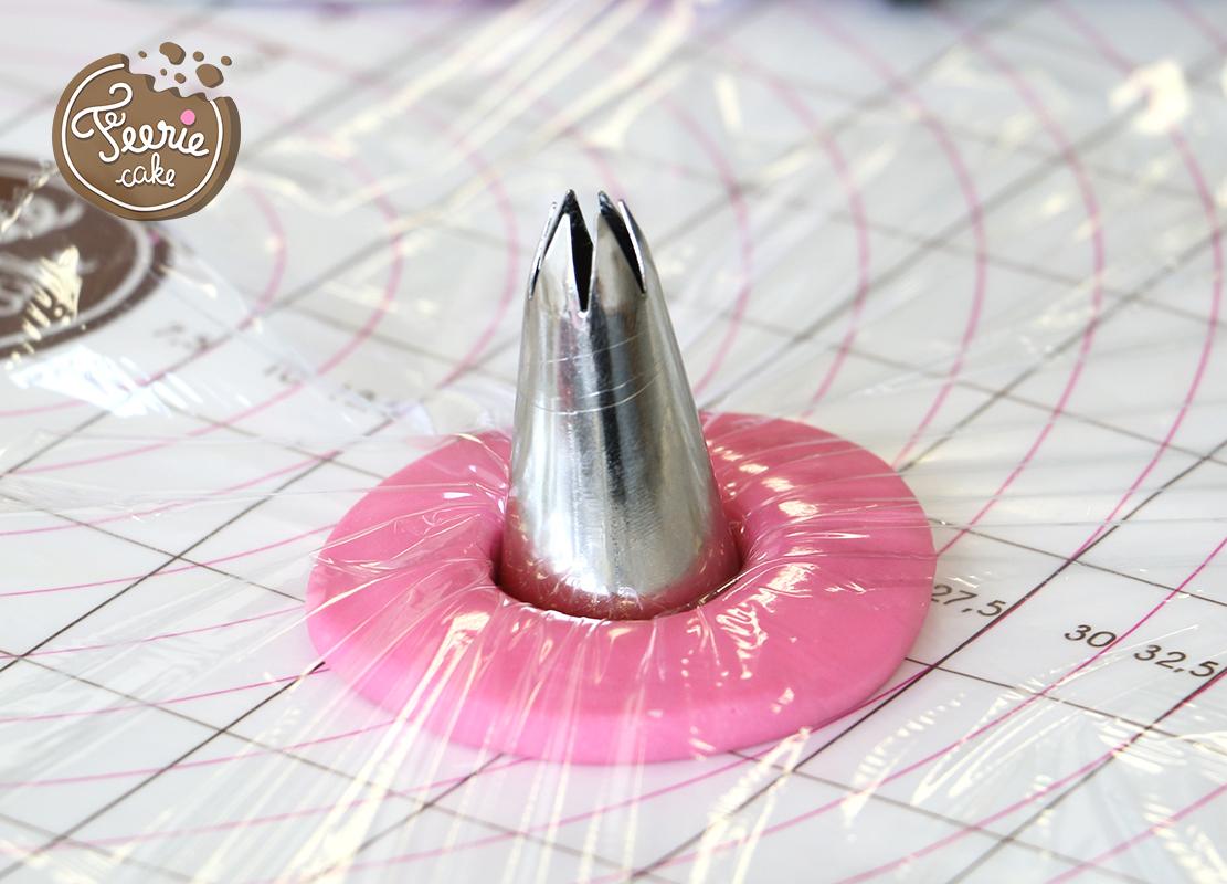 lapin de pâques modelage pâte à sucre rose