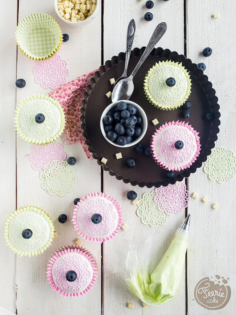 Heidelbeer-Cupcakes mit weißer Schokolade