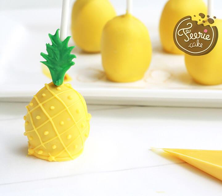 Décorez les cake pops avec des candy melts jaunes pour former des ananas