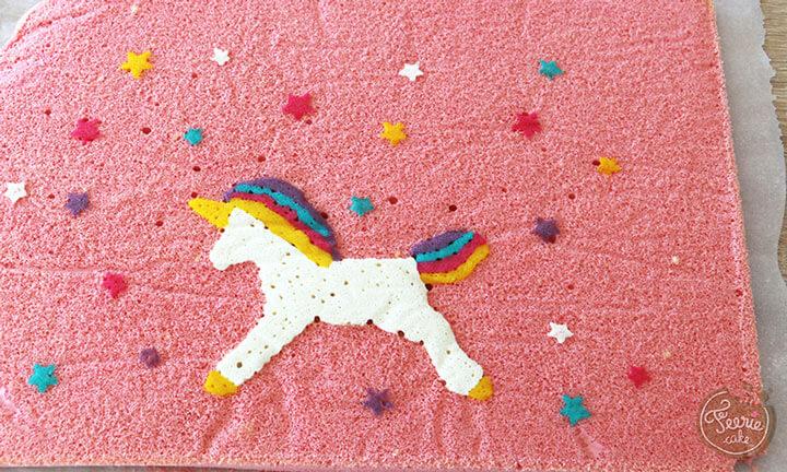 Déposez votre gâteau sur la licorne