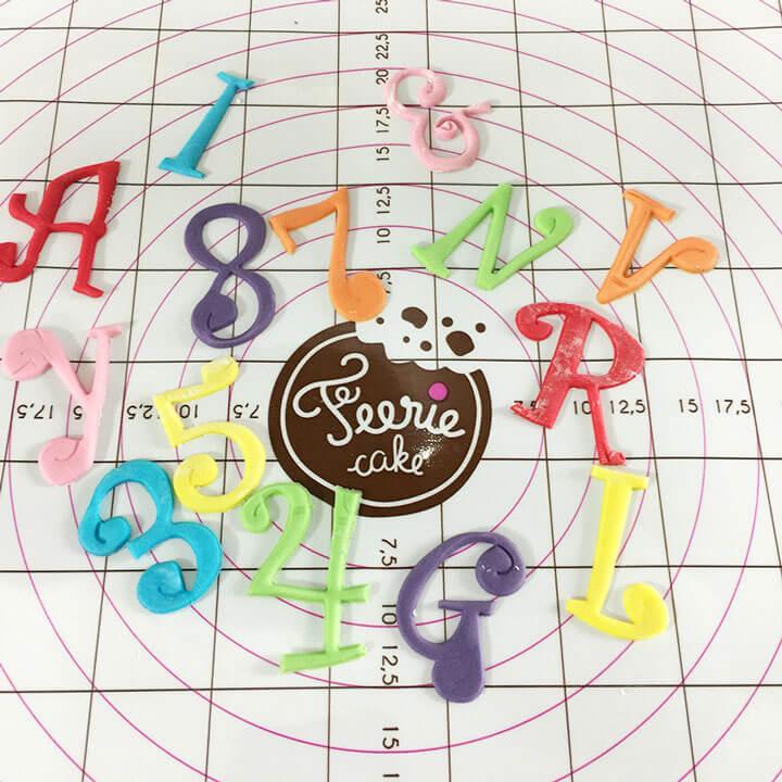 Avec de la pâte à sucre et une réglette alphabet, faites des chiffres et des lettres