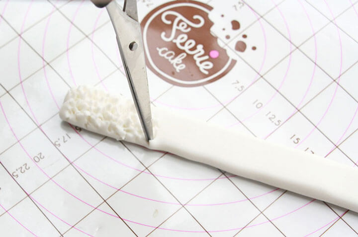 Réalisez la bordure du bonnet en pâte à sucre