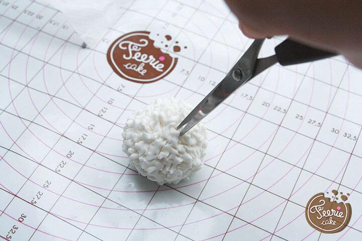 Formez une boule de pâte à sucre blanche pour le pompon
