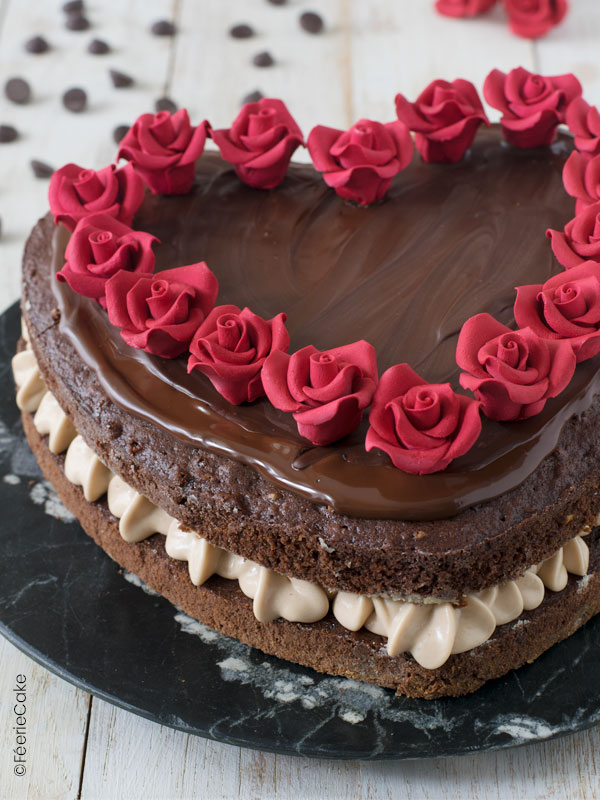 Gâteau Saint Valentin en forme de cœur au chocolat praliné avec de jolis roses