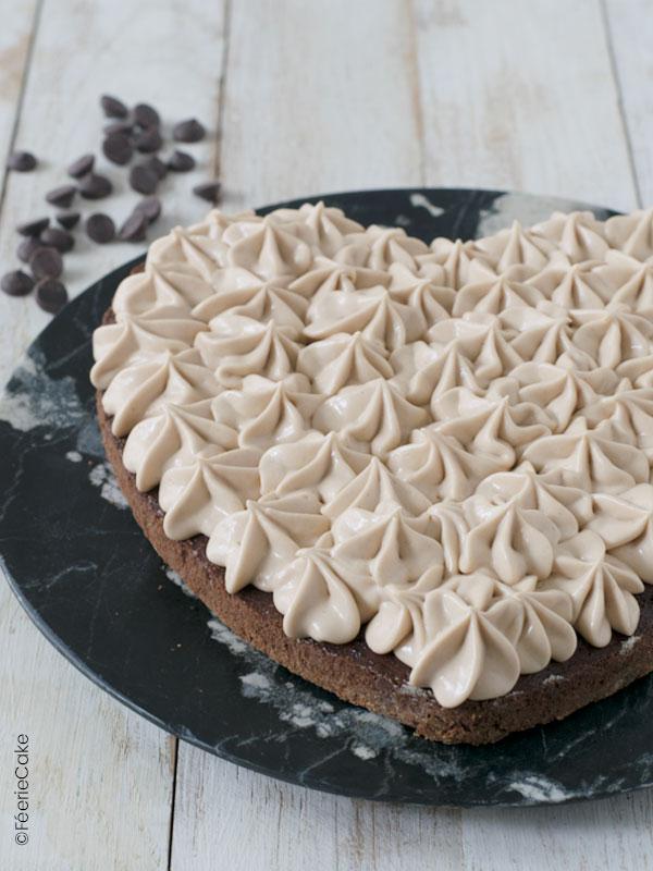 Étape du gâteau Saint Valentin en forme de cœur au chocolat praliné
