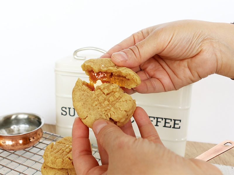 Cookies au beurre de cacahuètes fourrés banane et caramel