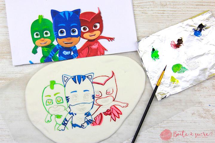 Colorez les contours à l'aide d'un pinceau et de colorant alimentaire
