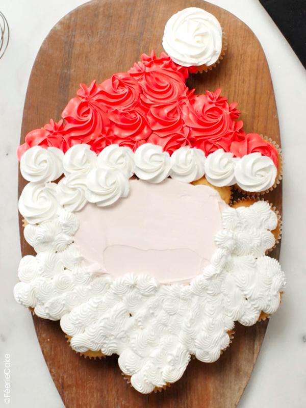 Glaçage des cupcakes pour le gâteau cupakes Père Noël