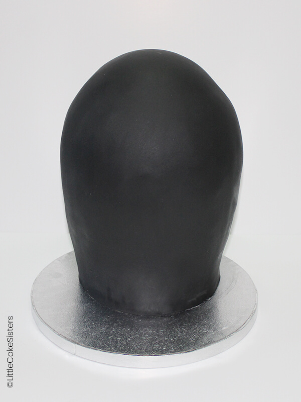 badigeonnez le dessus de votre gâteau rond de confiture ou de pâte à tartiner puis déposez-y le gâteau demi-sphère