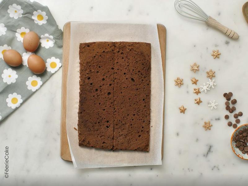 Et zou, on découpe deux bandes de sponge cake au chocolat