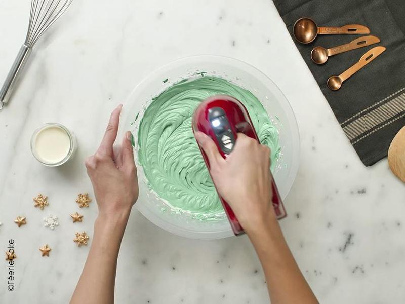 Crème enchantée pour glacer un gâteau de Noël