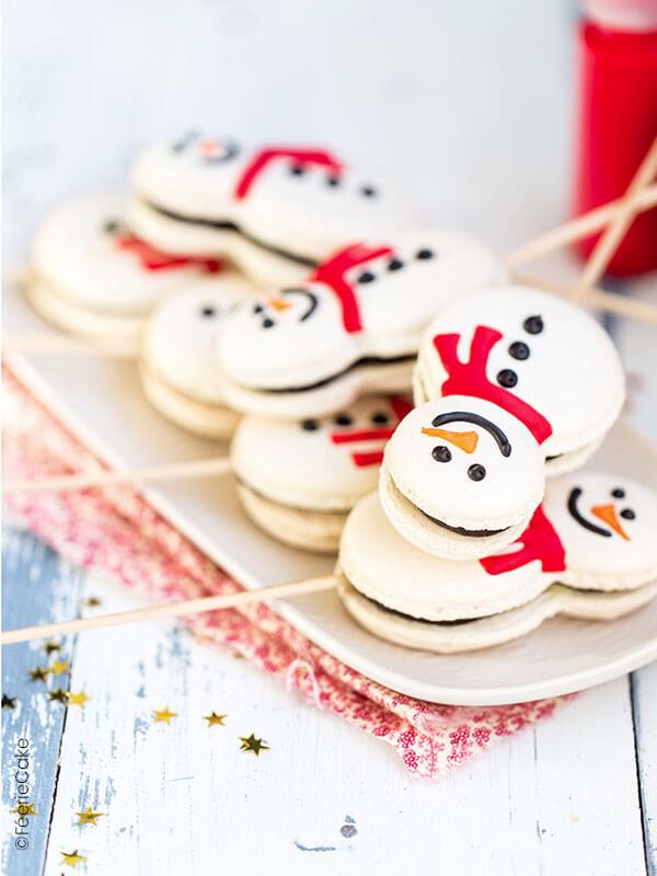 Des macarons chocolat vanille en forme de bonhommes de neige