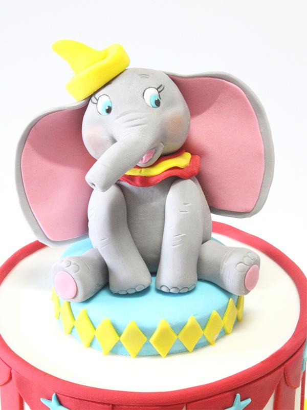 Modelage Dumbo en pâte à sucre sur son gâteau