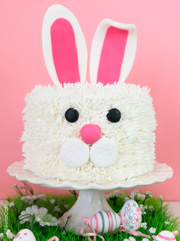 Et voici un joli lapin recouvert de buttercream blanche et des oreilles en pâte à sucre