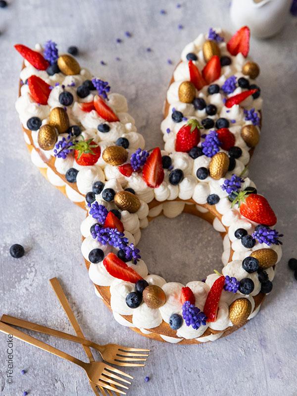 Un délicieux lapin cake chantilly avec des fruits rouges
