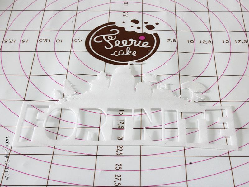 Modelage du logo pour le gâteau en pâte à sucre Fortnite