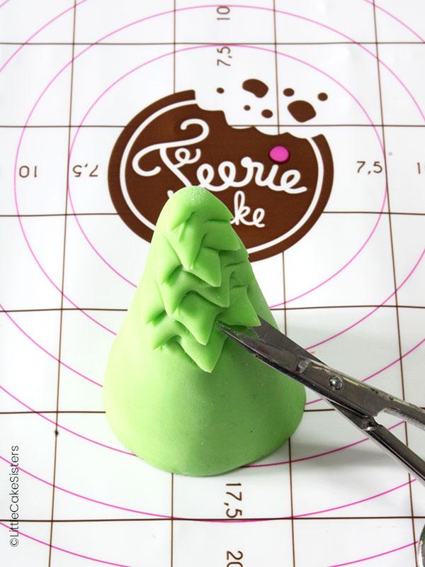 """Modelage de la décoration """"nature"""" pour le gâteau Fortnite en pâte à sucre"""