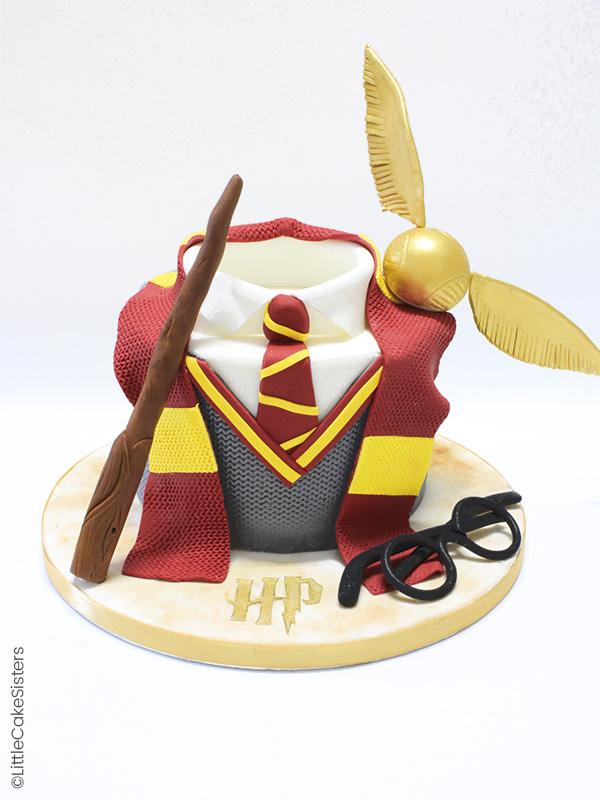 Gâteau en pâte à sucre Harry Potter avec la tenue Gryffondor, le vif d'or et la baguette magique