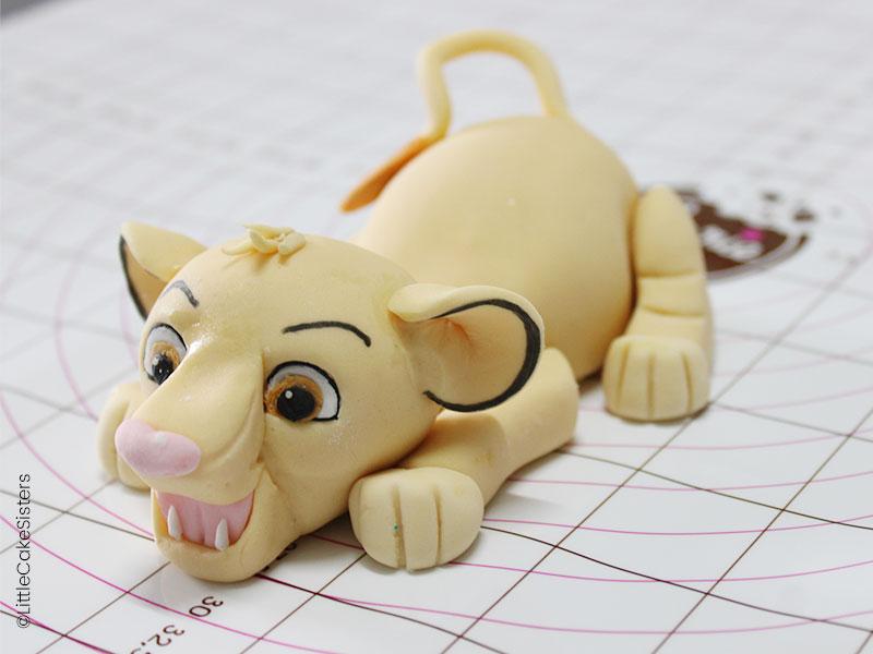 Modelage de simba pour le gâteau en pâte à sucre : le roi lion