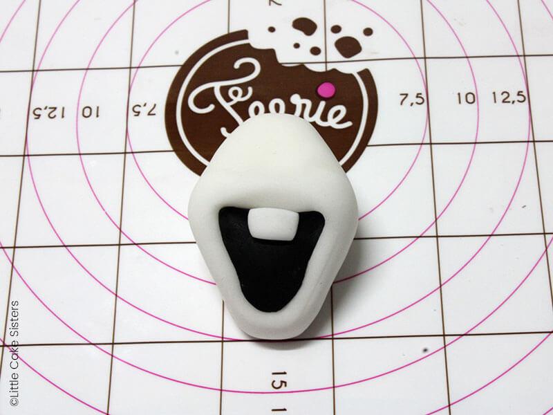 Collez une pièce noire pour l'intérieur de la bouche et un rectangle blanc pour la dent