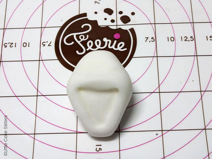 Prenez une boule de pâte à modeler blanche et donnez la forme de la tête d'Olaf
