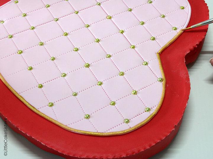 Collez ensuite un fin boudin de pâte sur le contour que vous peindrez en or