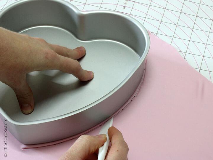 Découpez un coeur en pâte à sucre rose