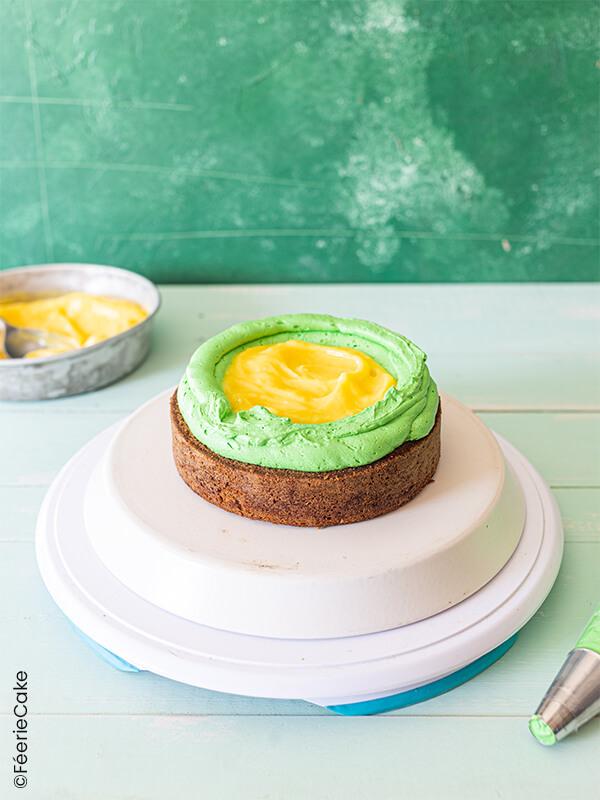 Gâteau avec une couche de glaçage vert