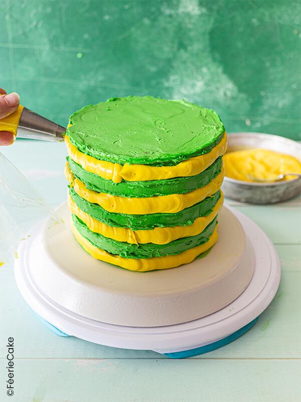 Pochage du gâteau avec le glaçage jaune
