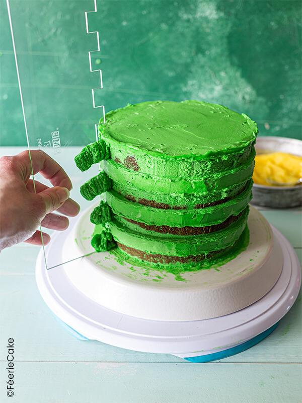 Glaçage vert raclé avec le peigne à glaçage